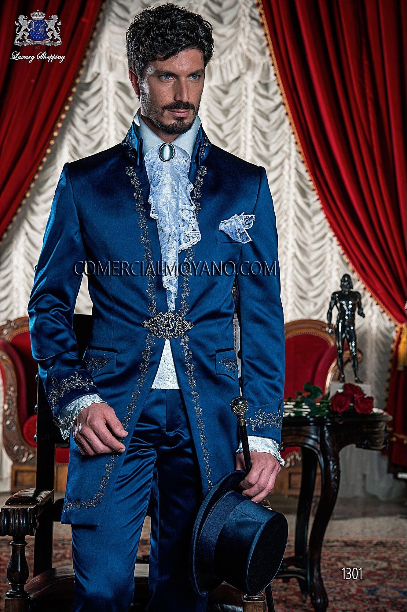 Traje de época redingote azul con bordado plata.