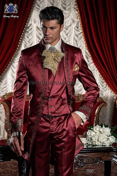 Traje de época redingote rojo con bordado oro.