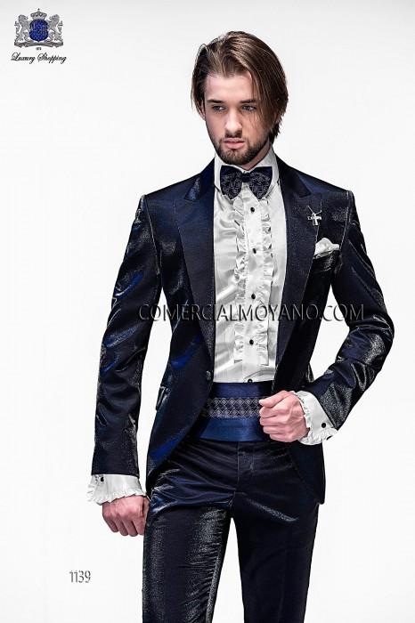 Traje de moda italiano a medida azul en tejido New Performance, solapa moda en punta y 1 botón fantasía. Bolsillos con tapeta y con ojales inclinados, espalda con 1 abertura, modelo 1139 Ottavio Nuccio Gala colección Emotion 2015.