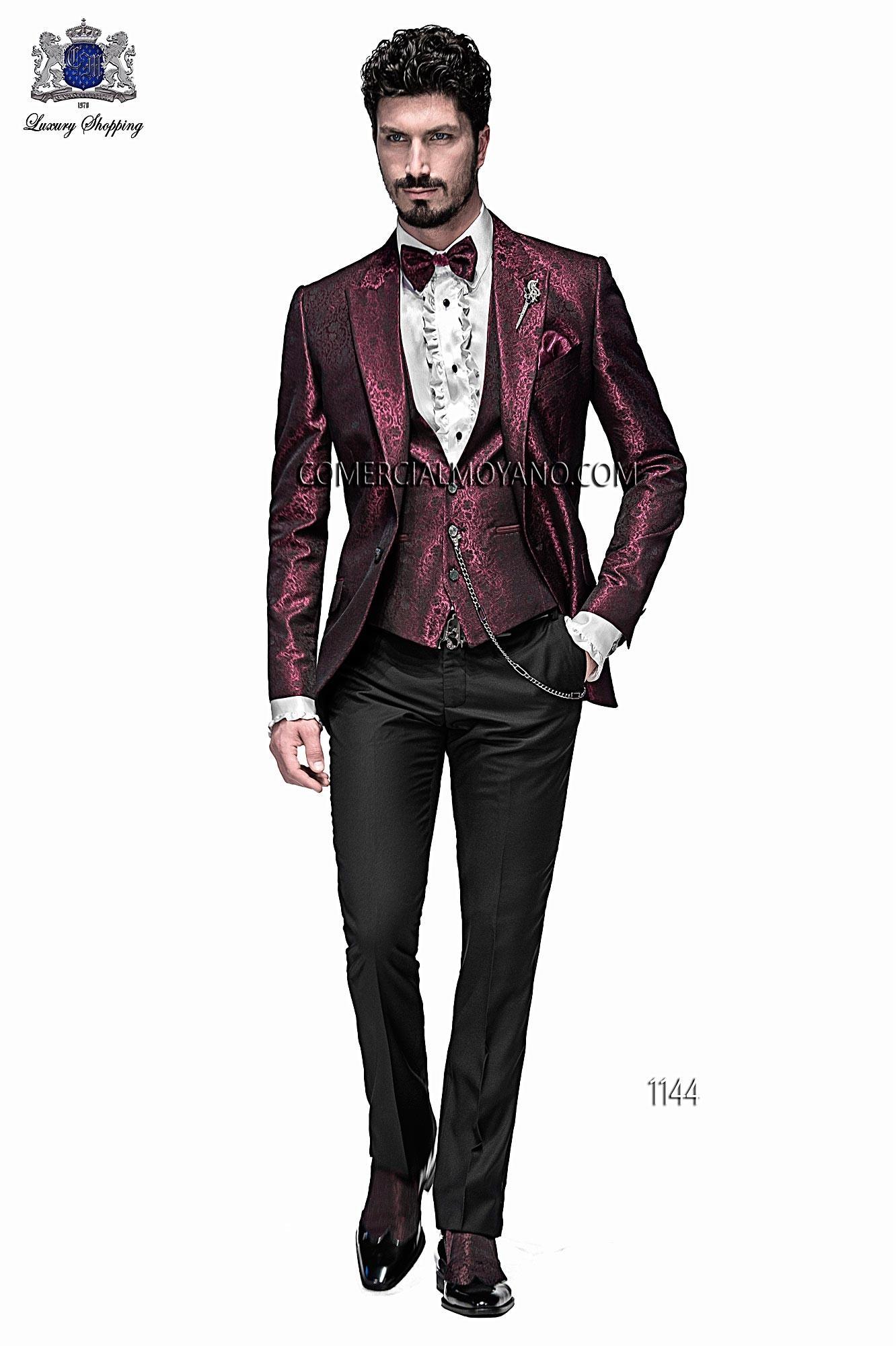 Chaqueta de moda italiano a medida en jacquard fondo burdeos y motivo negro con solapa moda en punta y 1 botón fantasía. Bolsillos con tapeta y con ojales inclinados, espalda con 1 abertura.