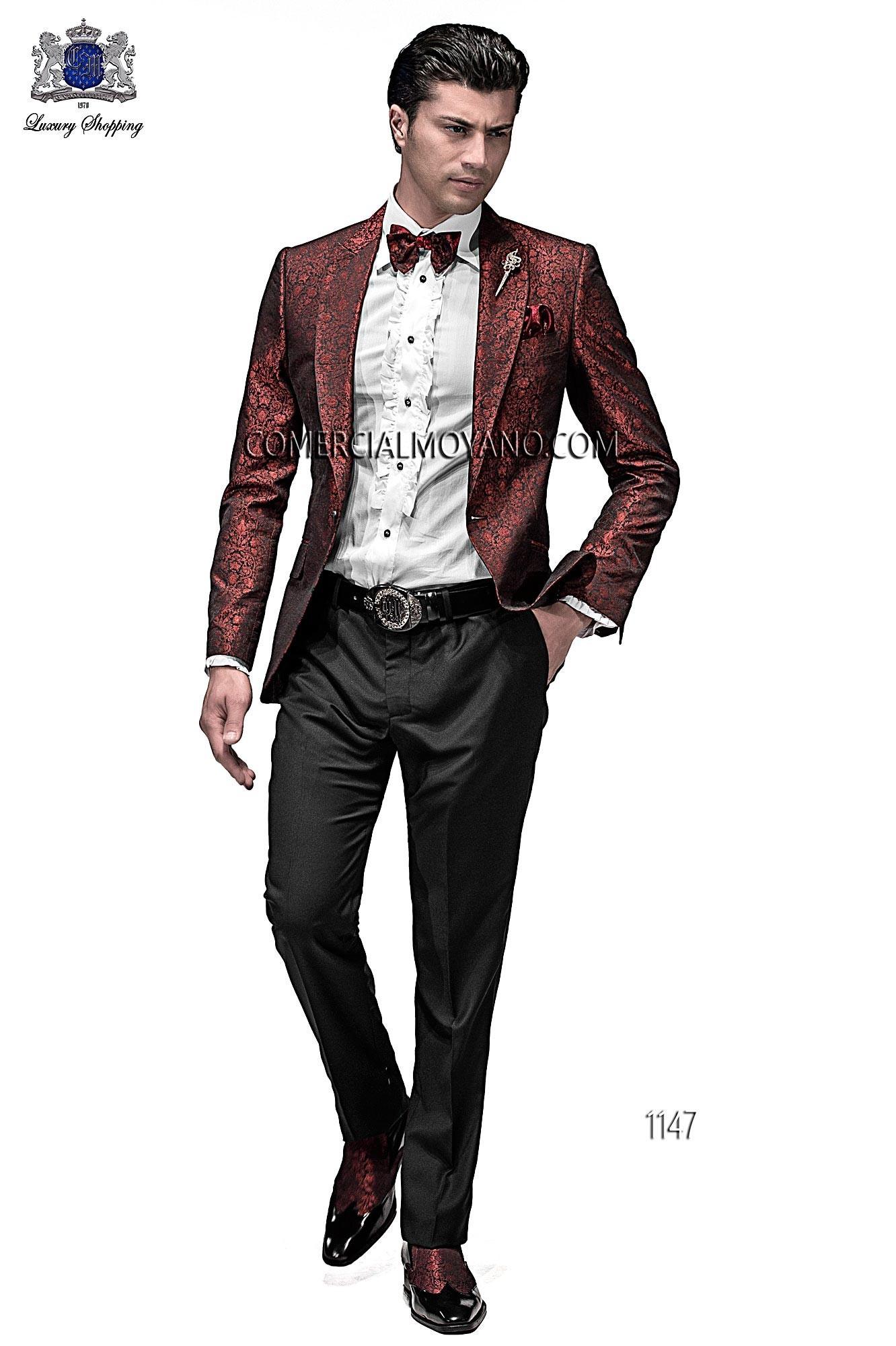 Chaqueta de moda italiano a medida en jacquard fondo rojo y motivo negro con solapa moda en punta y 1 botón fantasía. Bolsillos con tapeta y con ojales inclinados, espalda con 1 abertura.