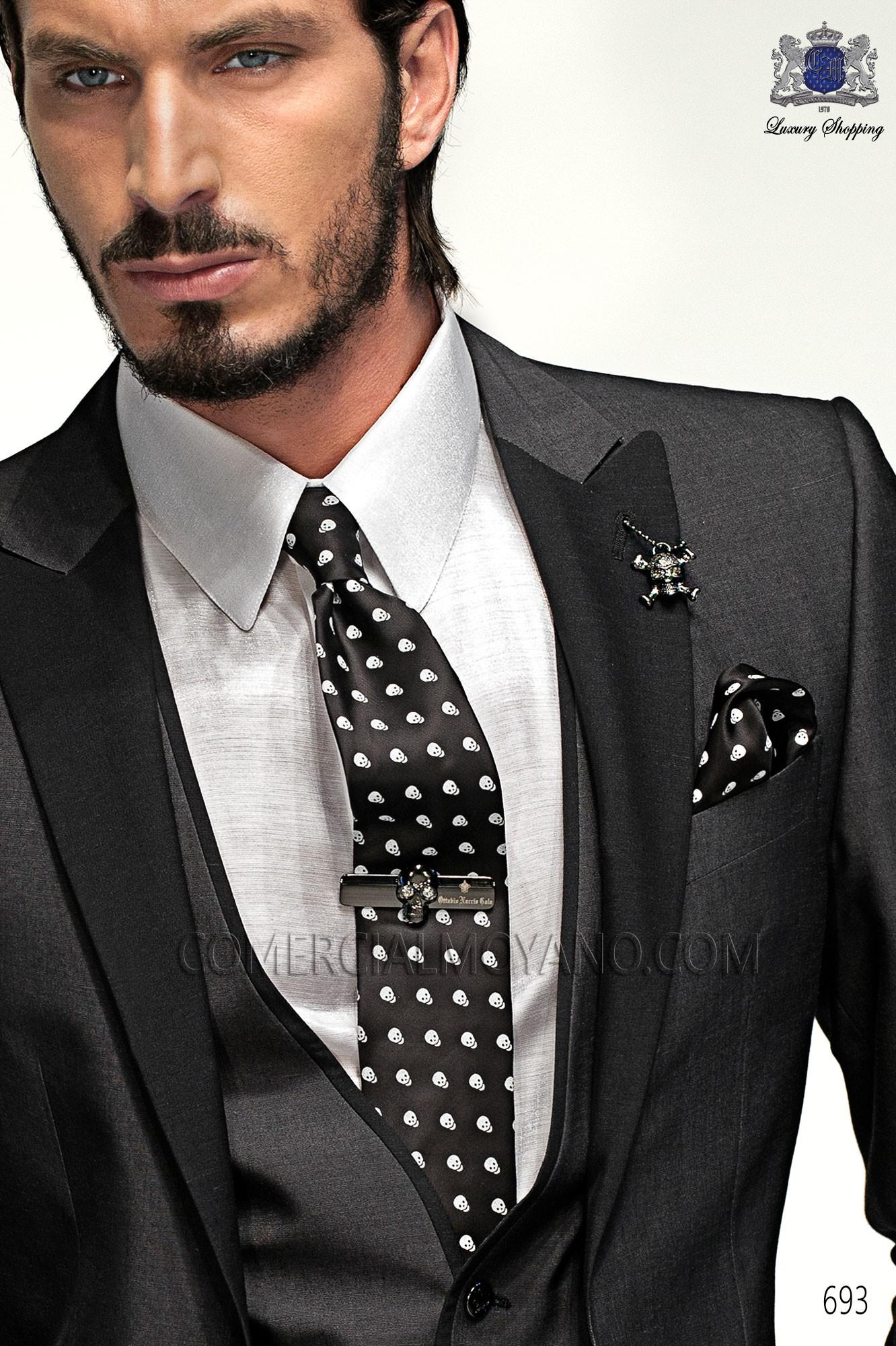 Corbata con pauelo a juego de calaveras blanco y negro