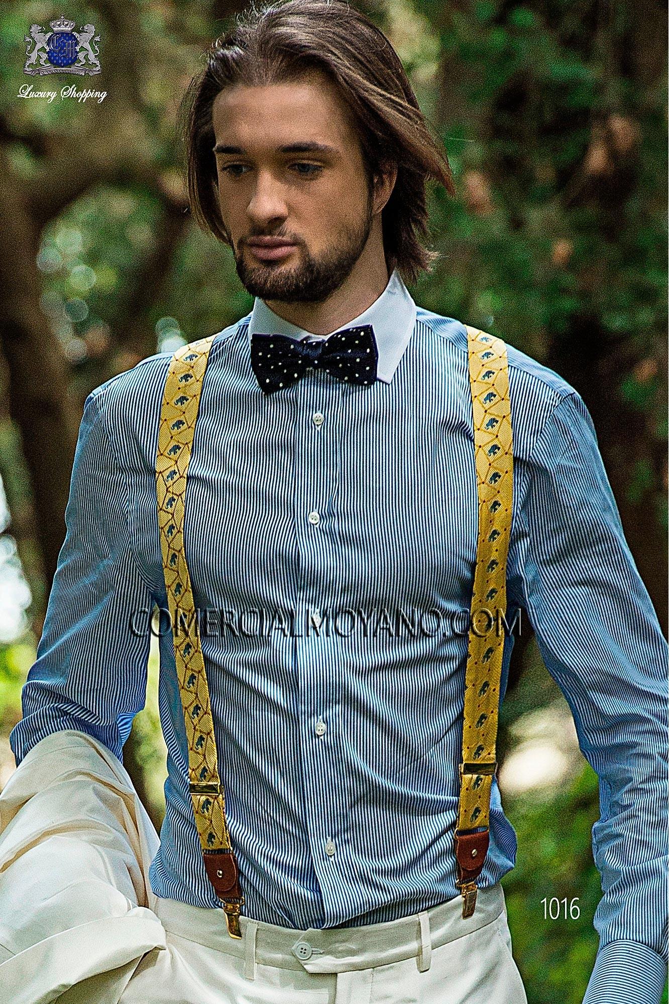 Tirantes en tejido de seda jacquard con predominio de color oro - azul. Sujeción en cuero con botones negros, en delantero y en espalda.