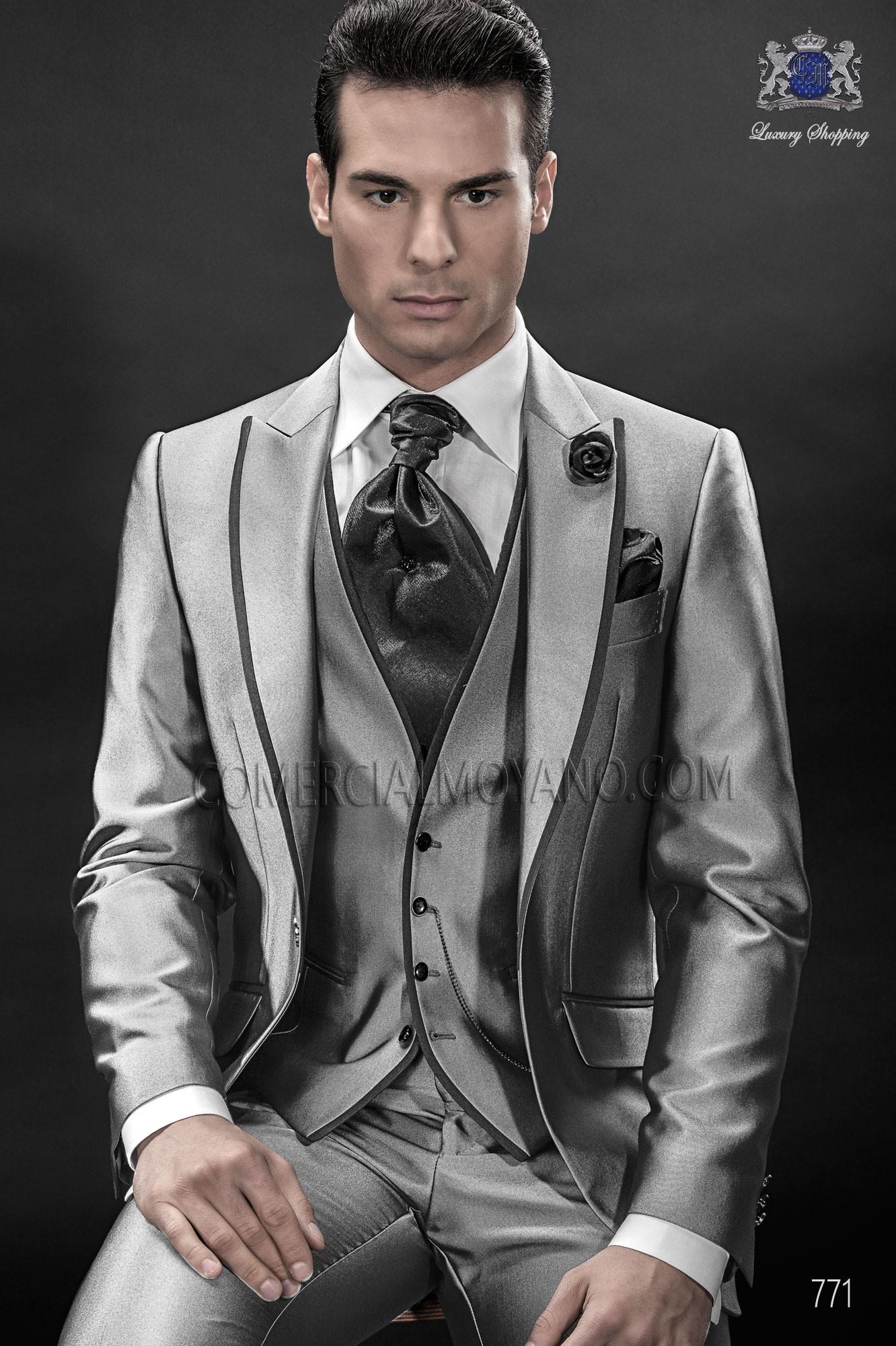 Traje de moda gris plata con chaleco a juego