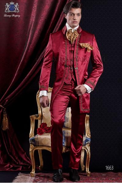 Traje de novio Barroco. Traje casaca de época en raso rojo con hilaturas de bordado color oro.