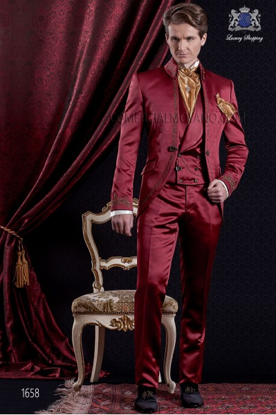 Traje de novio Barroco. Traje levita de época en tejido de raso rojo con hilaturas de bordado color oro.