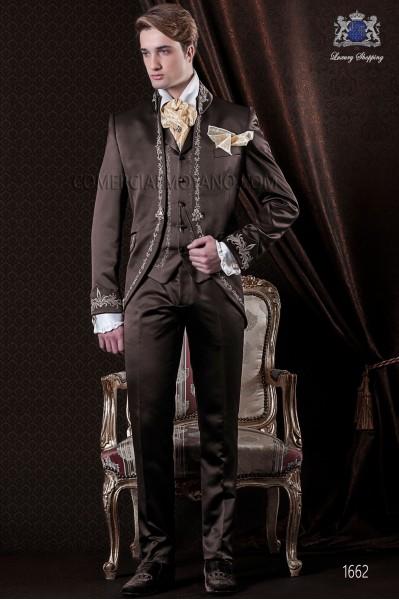 Traje de novio Barroco. Traje levita de época en tejido raso marrón con bordado dorado.
