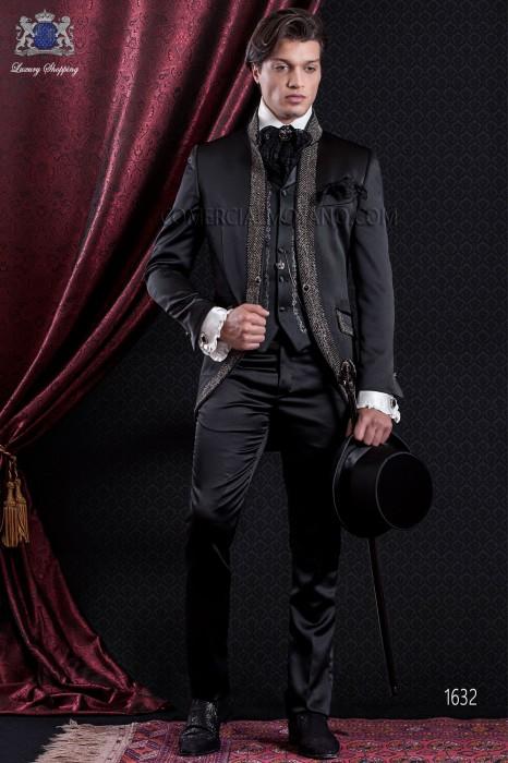 Anzug Barock. Klassiker Anzug Mantel aus schwarzem Satin Stoff mit Stehkragen und Strasssteinen.