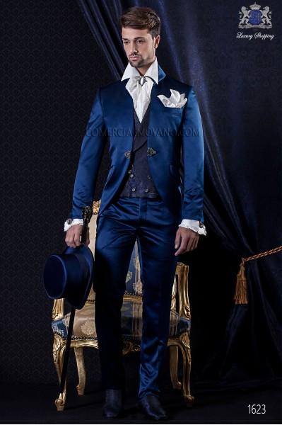 Traje de novio Barroco. Levita de época en tejido raso azul con cuello vuelto y broche fantasía.