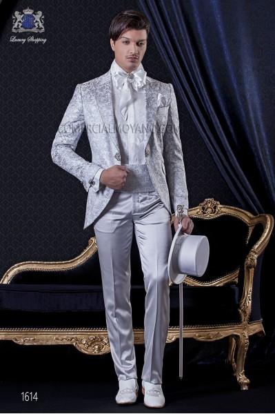 Traje de novio Barroco. Levita de época en tejido brocado floral gris perla combinada con pantalón de raso en color gris perla.