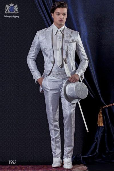 Traje de novio Barroco. Traje levita de época en tejido Jacquard gris perla con broche fantasía.