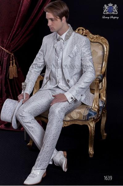 Traje de novio Barroco. Traje levita de época en tejido brocado gris perla con cuello de pedrería.