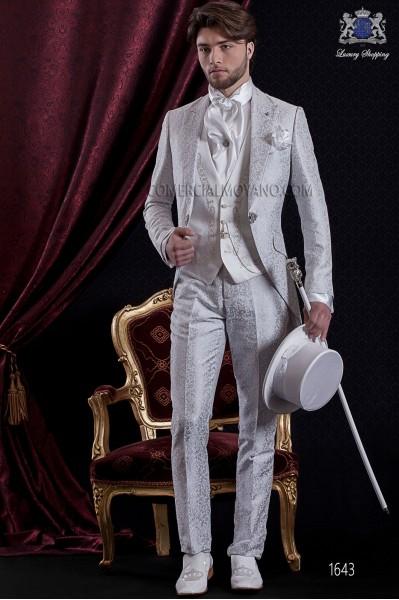 Traje de novio Barroco. Traje levita de época en tejido brocado gris perla con broche fantasía.