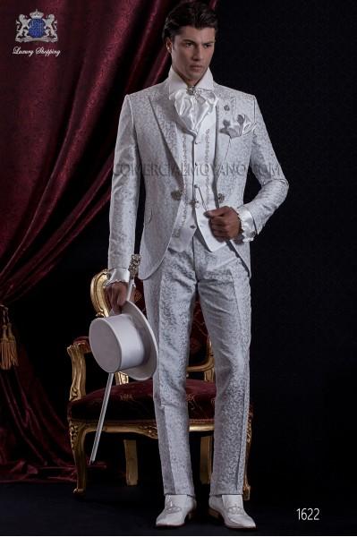 Traje de novio Barroco. Traje levita de época en tejido brocado gris perla/blanco con broche fantasía.