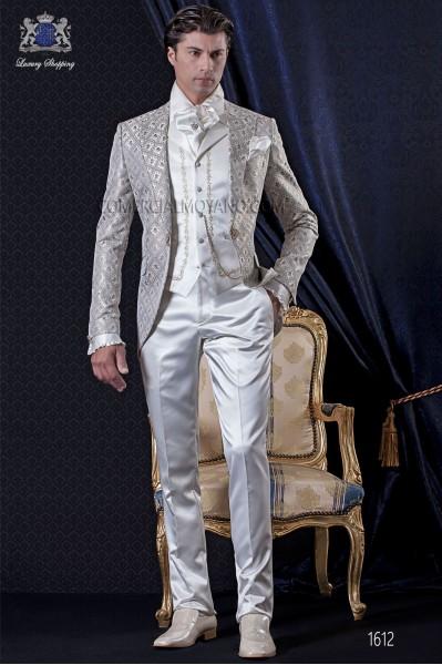 Traje de novio Barroco. Levita de época en tejido brocado gris-oro con broche fantasía. Pantalón de raso color crudo.