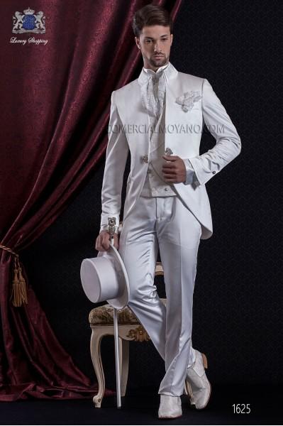 Traje de novio Barroco. Traje levita de época en tejido raso blanco con cuello Napoleón.