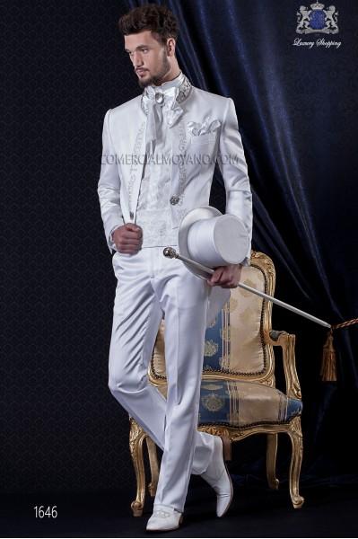 Costume de marié baroque. Frac millésime tissu de satin blanc avec de la broderie d'argent et le cou de perles.