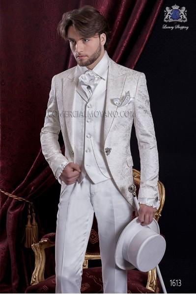Traje de novio Barroco. Levita de época en tejido brocado floral blanco con broche fantasía.