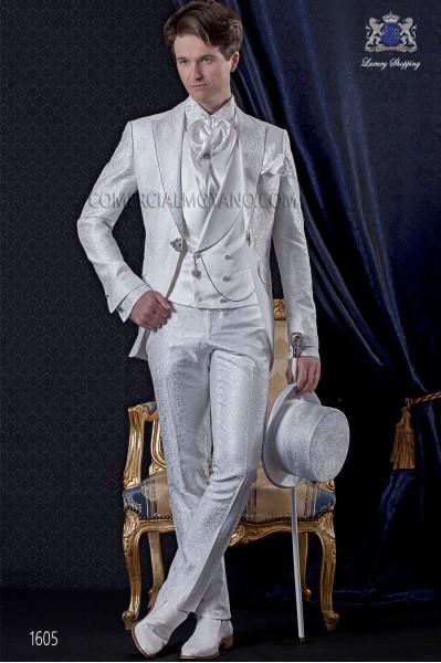 Traje de novio Barroco. Levita de época en tejido brocado blanco con broche de fantasía.