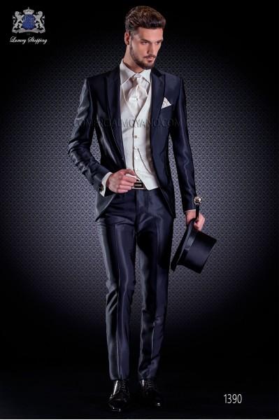 """Traje italiano con moderno estilo """"Slim"""" azul de solapa punta con vivos y 1 botón. Excelente tejido new performance """"faille""""."""