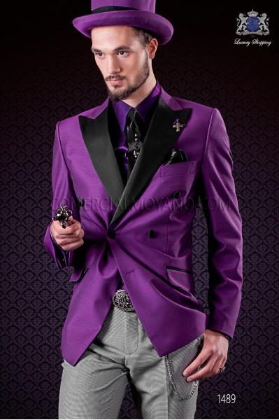 Chaqueta cruzada púrpura con solapas a punta de raso y 6 botones. Tejido mixto lana.