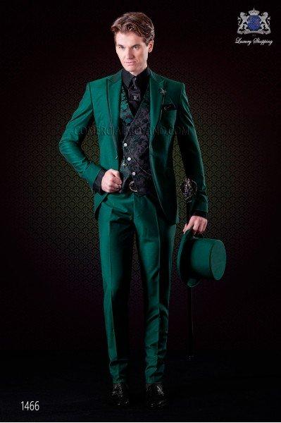 Traje de novio italiano verde. Modelo solapa pico con vivos de raso con 1 botón. Tejido mixto lana.