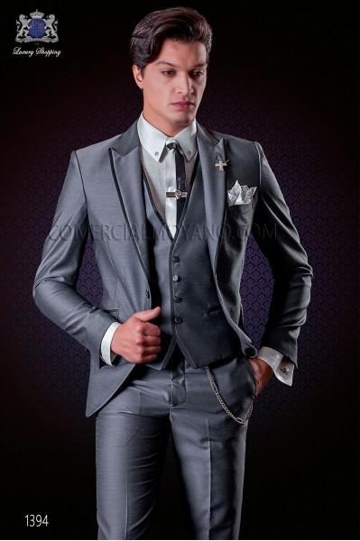 Traje de novio italiano gris con chaleco. Modelo solapa punta con vivos de raso y 1 botón. Tejido mixto lana.