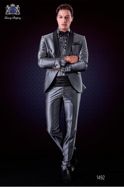 Traje de novio italiano esmoquin gris. Modelo solapa chal a contraste con 1 botón.
