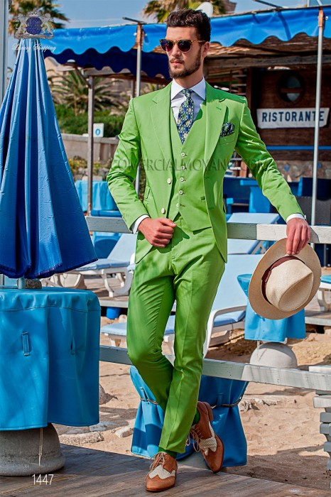 "Suit modern Italian style ""Slim"". Model flaps in ""V"" and 2 buttons. Green woven 100% cotton"