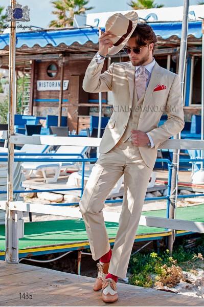 """Traje con chaleco de moderno estilo """"Slim"""" . Americana con solapas en """"V"""" y 2 botones. Tejido shantung de seda color beige"""