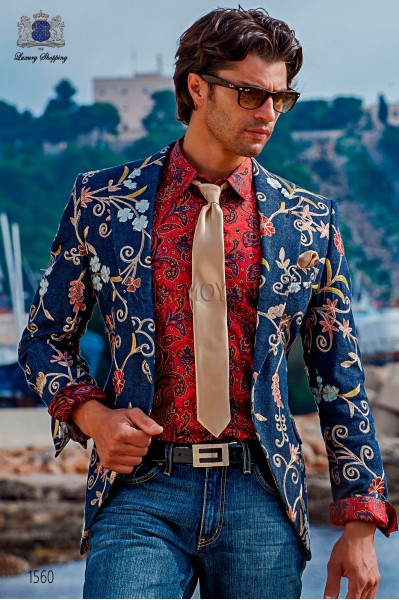 Denim blazer with floral embroidery. Peak lapels and 1 phantasy button. Cotton denim fabric.