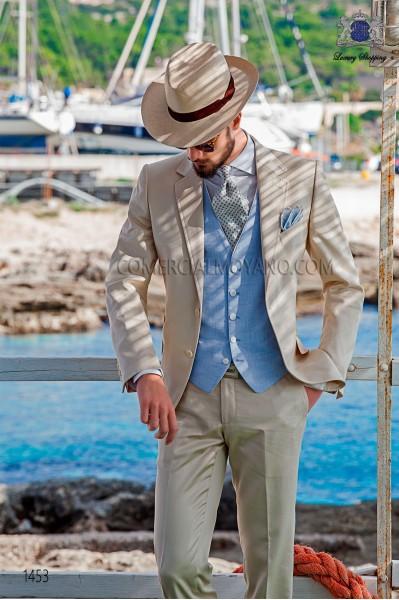 """Traje moderno italiano de estilo """"Slim"""". Modelo solapas en """"V"""" y 2 botones. Tejido color beige 100% algodón"""
