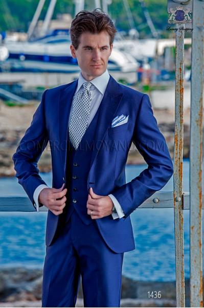 """Traje con chaleco de moderno estilo """"Slim"""". Americana con solapas punta y 1 botón. Tejido shantung de seda color azul"""