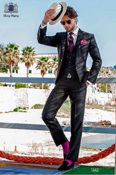 """Traje con chaleco de moderno estilo """"Slim"""" . Americana con solapas en punta y 1 botón. Tejido shantung de seda color negro."""