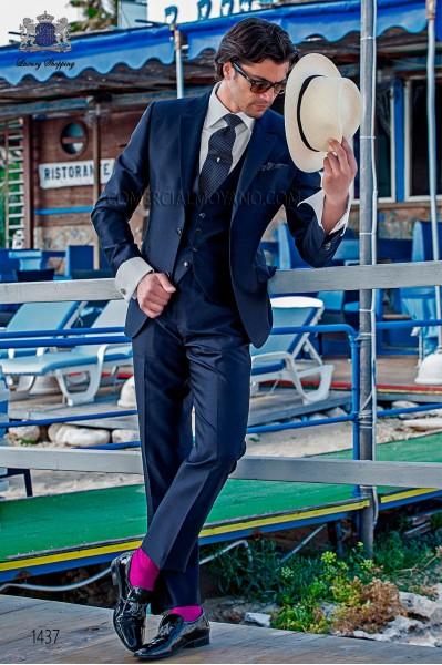 """Traje con chaleco de moderno estilo """"Slim"""". Americana con solapas en """"V"""" y 2 botones. Tejido shantung de seda color azul marino"""