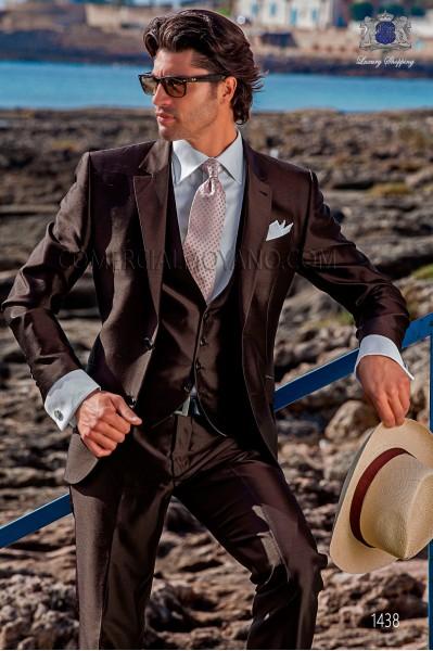 """Traje con chaleco de moderno estilo """"Slim"""". Americana con solapas en """"V"""" y 2 botones. Tejido shantung de seda color marrón"""