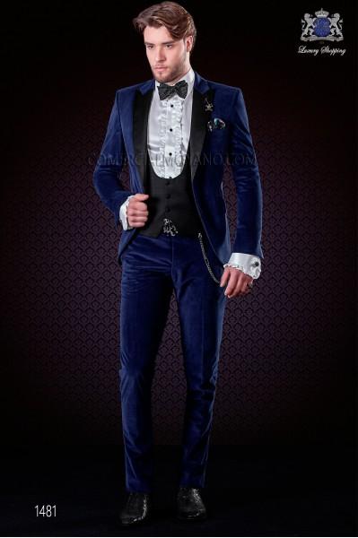 Traje italiano moderno azul de terciopelo. Solapas de punta de raso negro y 1 botón de raso a contraste.