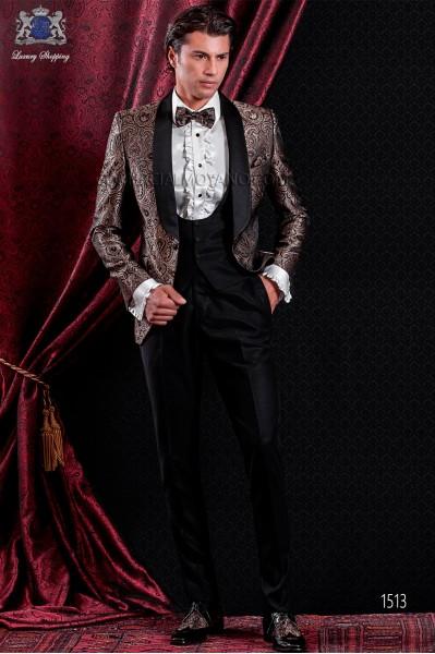 Chaqueta esmoquin de jacquard marrón. Solapa chal de raso negro con 1 botón.