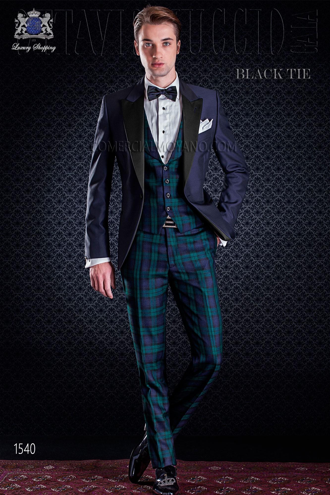 Esmoquin italiano de novio azul combinado con pantalón de tartan.
