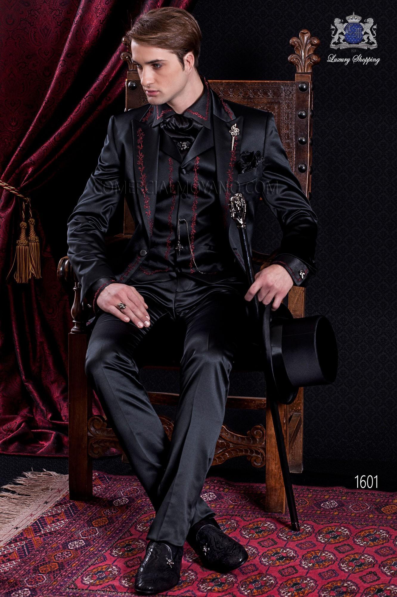 Traje italiano gótico de raso negro con bordado rojo.