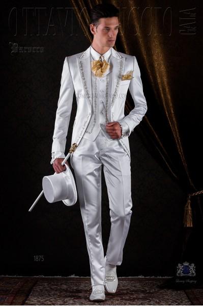 Traje de época blanco de raso bordado oro.