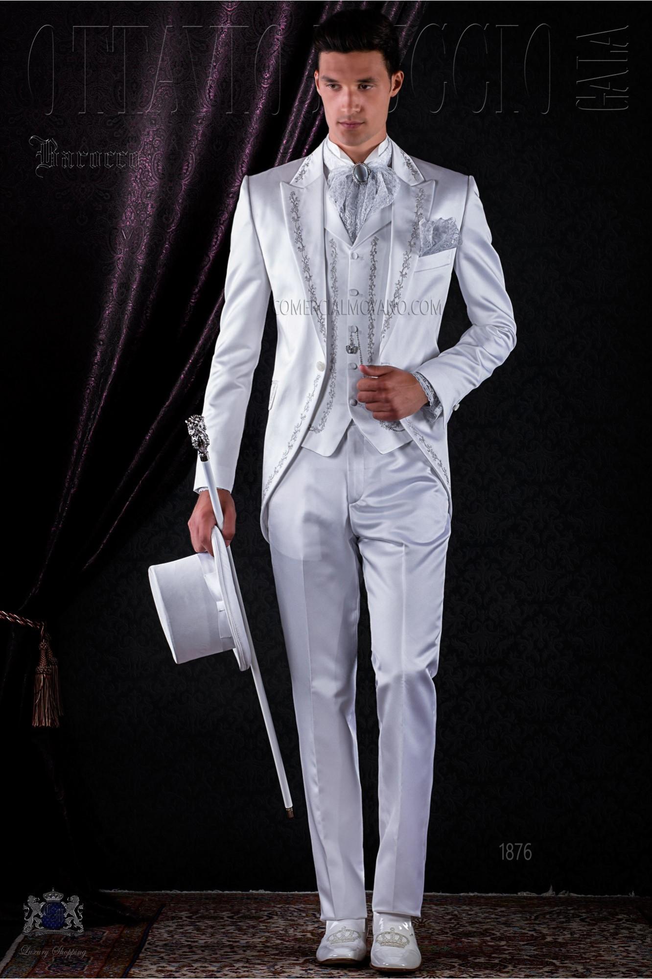Traje de época blanco de raso bordado plata.