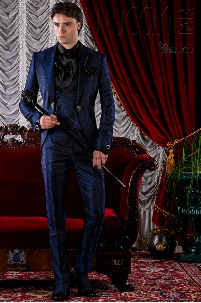 Traje de novio azul de jacquard con broche cristal.