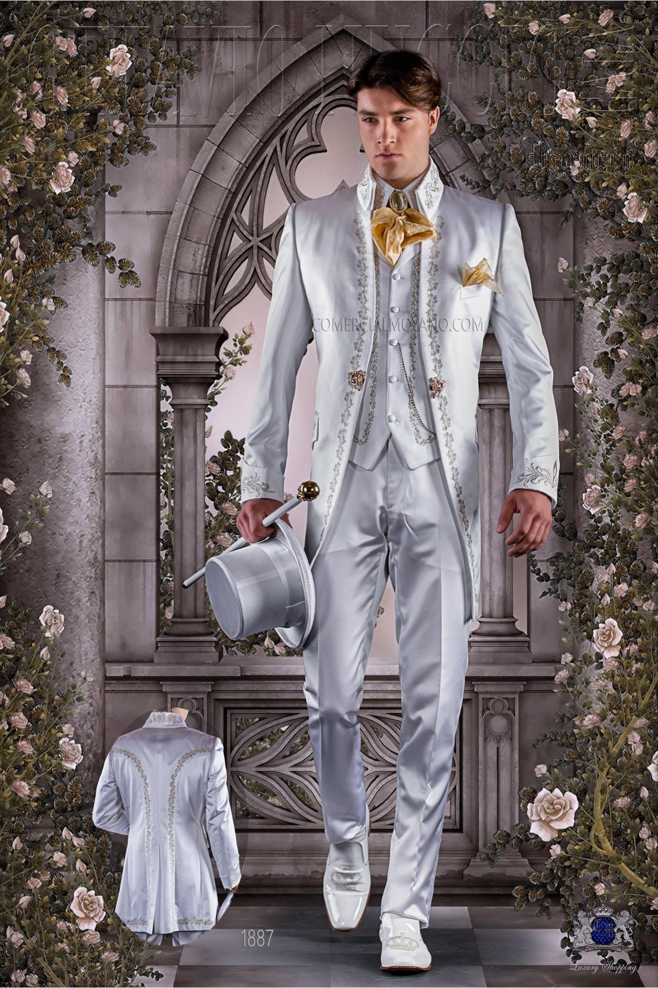 Traje de época redingote blanca de raso bordado oro.