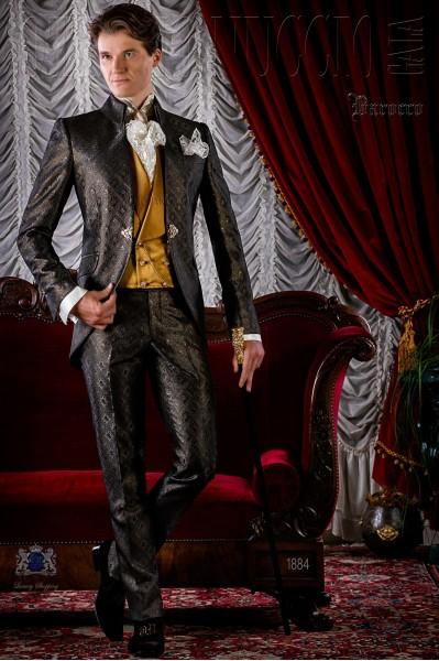 Traje de época brocado gris y dorado modelo redingote.