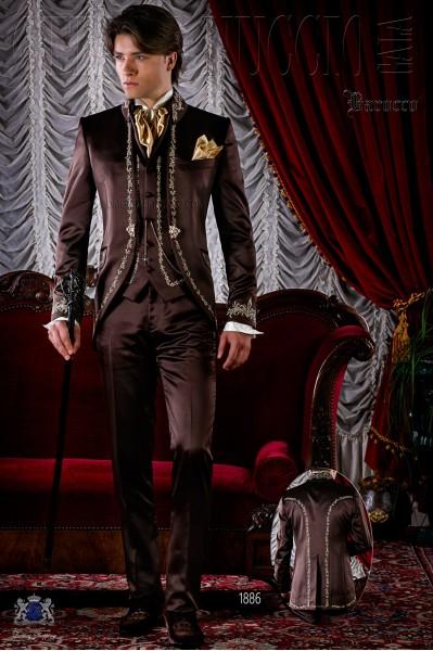 Traje de época redingote marrón de raso bordado oro.