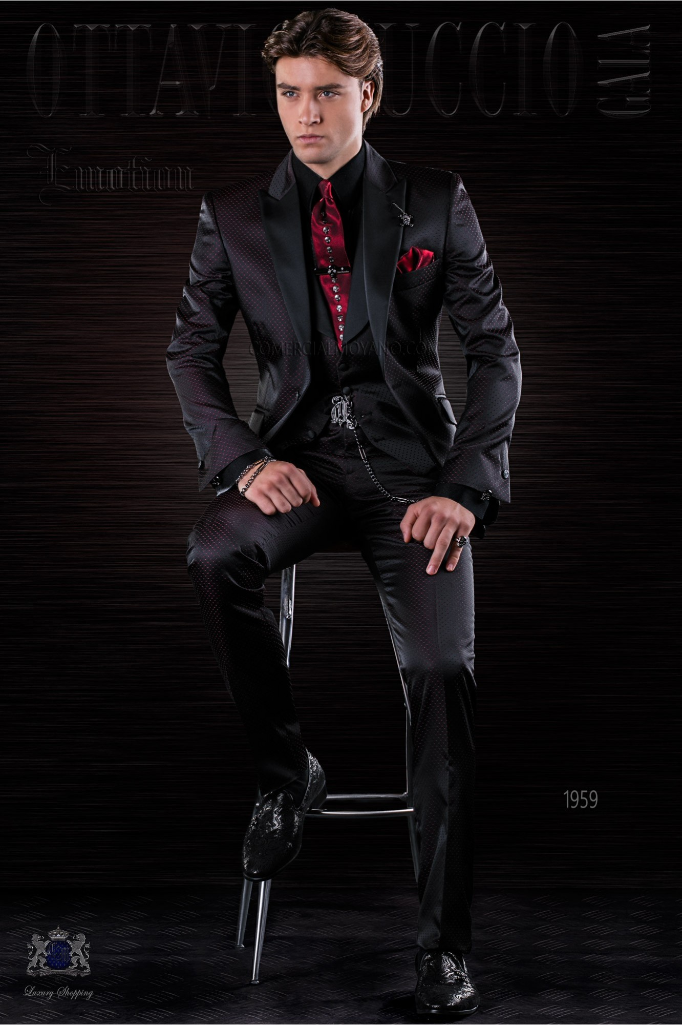 Traje de moda italiano a medida negro microdiseño rojo