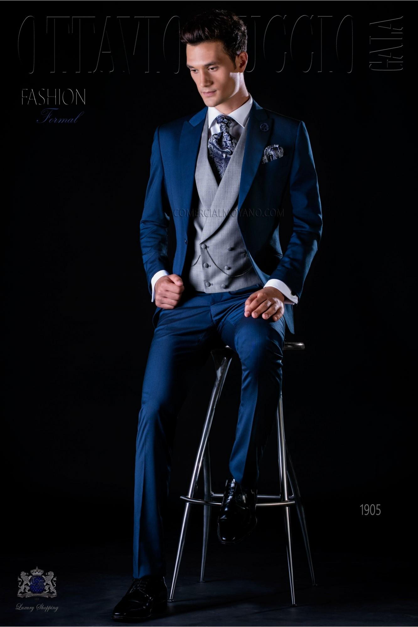 Traje de novio moderno azul con solapa pico