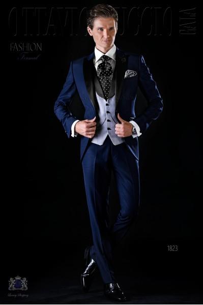 Traje de novio moderno azul con solapa de raso
