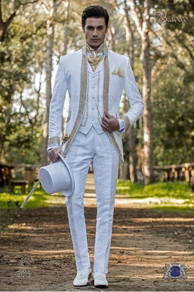 Traje de novio barroco, levita cuello Mao de época brocado blanco con pedrería dorada.